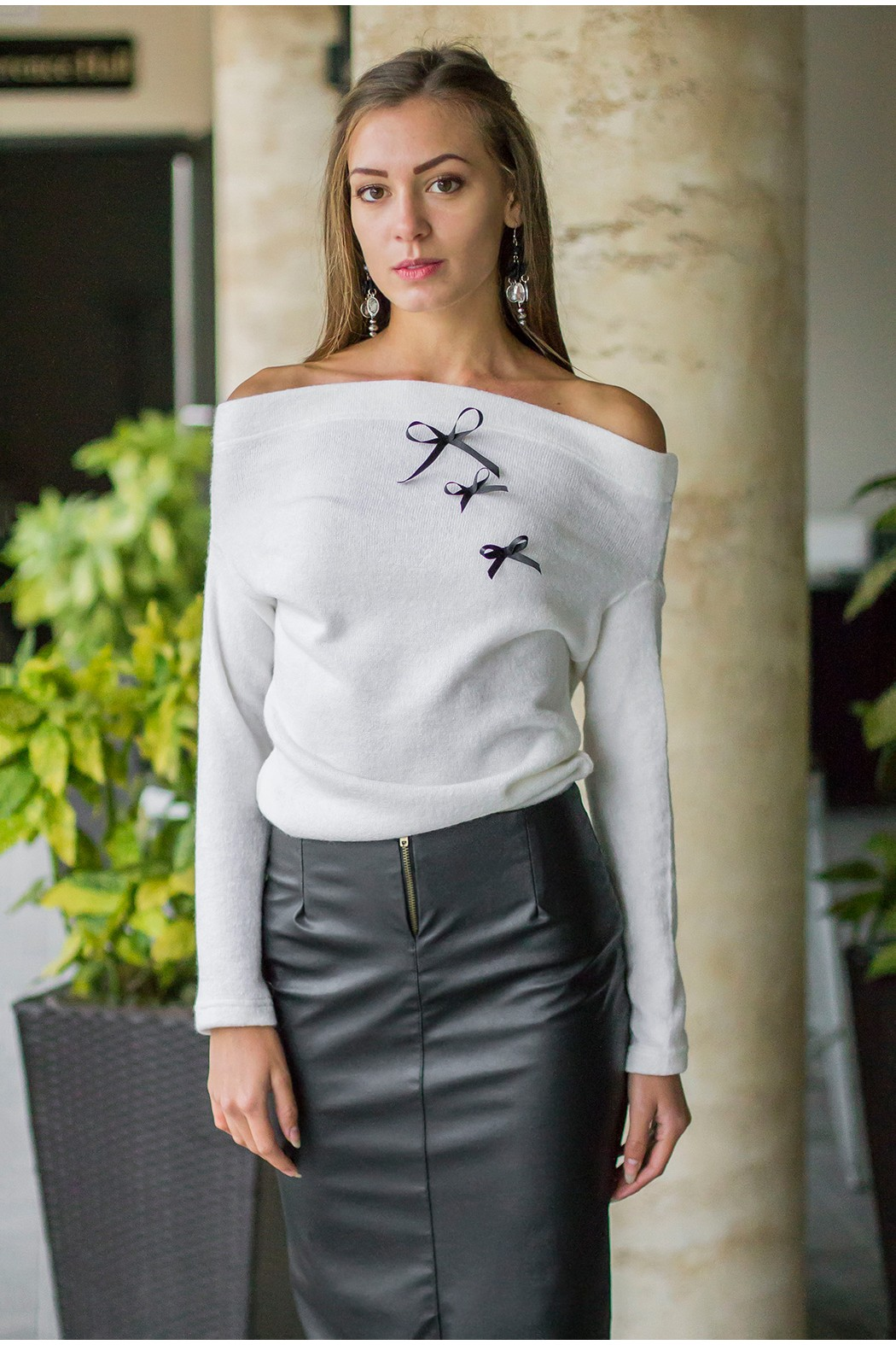 Бял пуловер със сатенирани панделки CHIC
