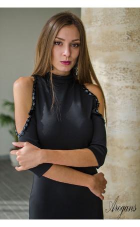 Официална рокля с отворени рамене нежно декорирани с черни камъни