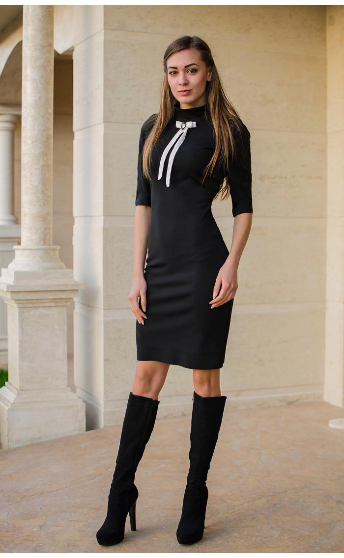 Черна вталена рокля с декорация панделка с брошка Калина