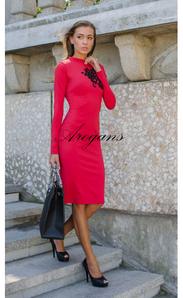 Червена елегантна рокля декорирана с черна дантела_15640