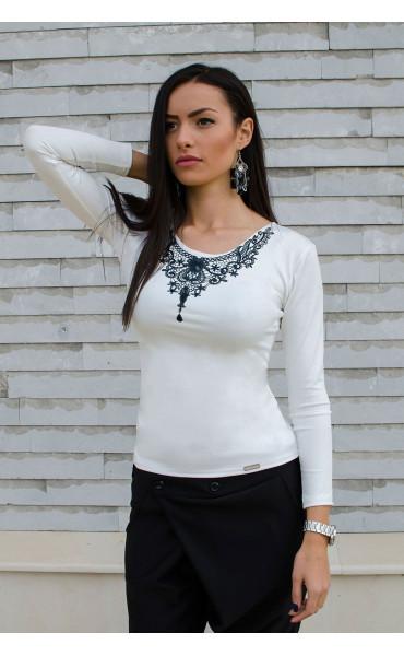Спортно елегантна бяла блузка с принт