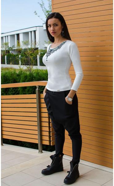 Спортно елегантна бяла блузка с принт_15841