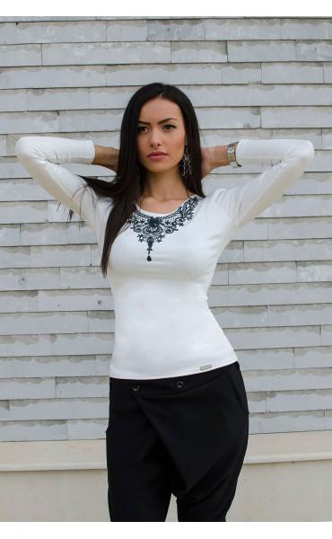 Спортно елегантна бяла блузка с принт_15843