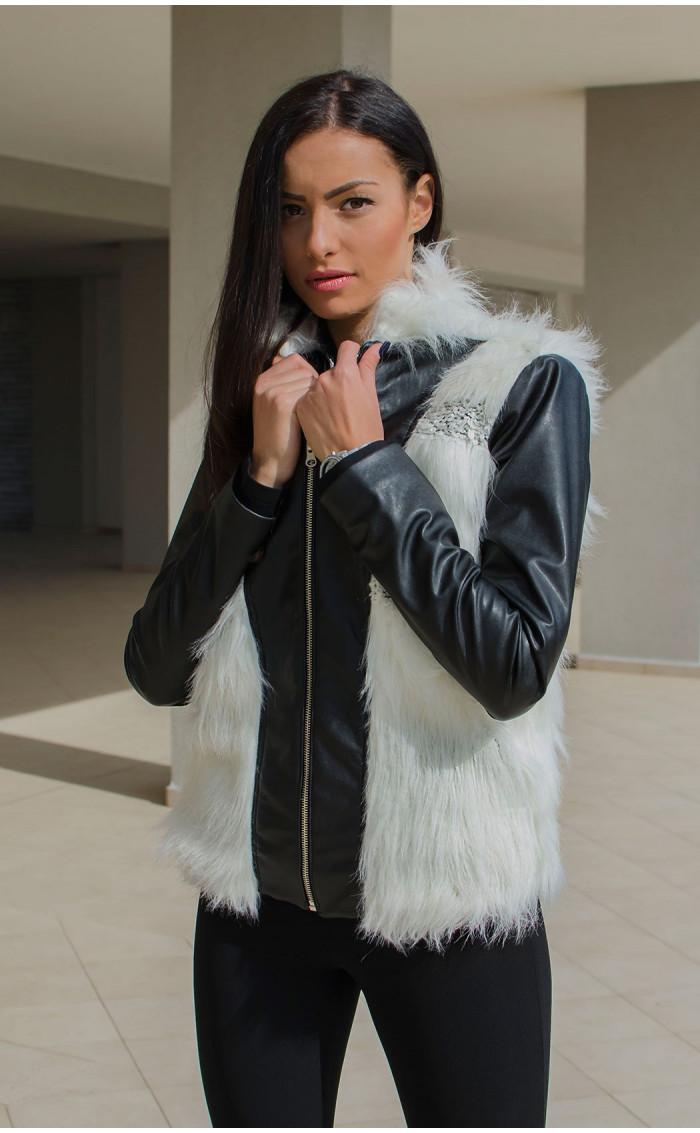 Късо черно кожено яке с бял изкуствен косъм и меко плетиво