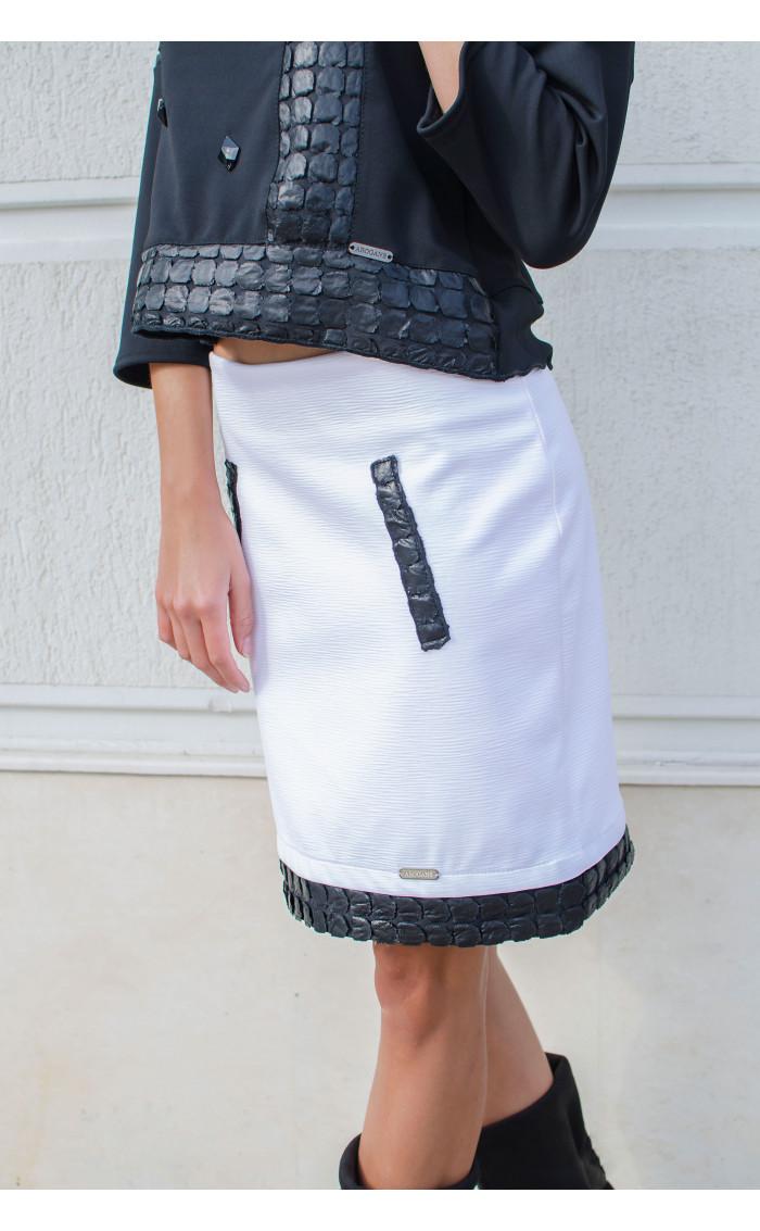 Спортно елегантна пола в бяло декорирана с кожени орнаменти