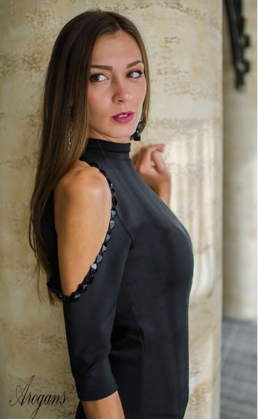 Официална рокля с отворени рамене нежно декорирани с черни камъни_16001