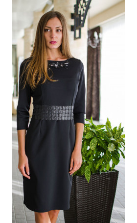 Елегантна делова рокля със средна дължина и атрактивно деколте