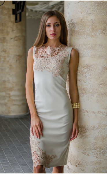 Нежна рокля в бежов цвят с дантела и средна дължина_16136
