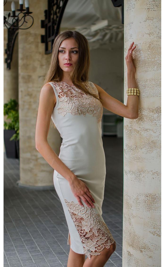 Нежна рокля в бежов цвят с дантела и средна дължина