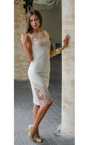 Нежна рокля в бежов цвят с дантела и средна дължина_16138