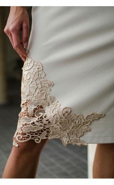 Нежна рокля в бежов цвят с дантела и средна дължина_16140
