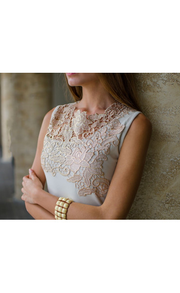 Нежна рокля в бежов цвят с дантела и средна дължина_16141