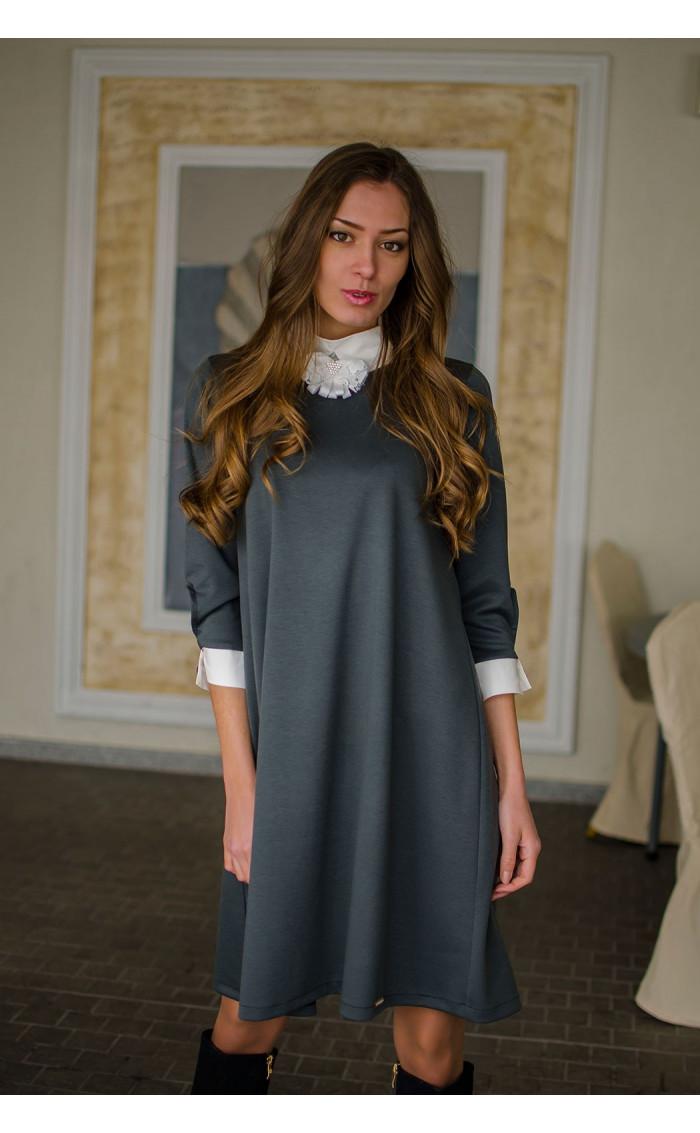 Елегантна свободна рокля с якичка и декорация