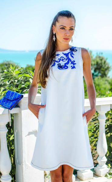 Красива бяла рокля с акценти в кралско синьо Olimpia