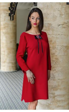 Елегантна делова рокля със стилна брошка Кармен