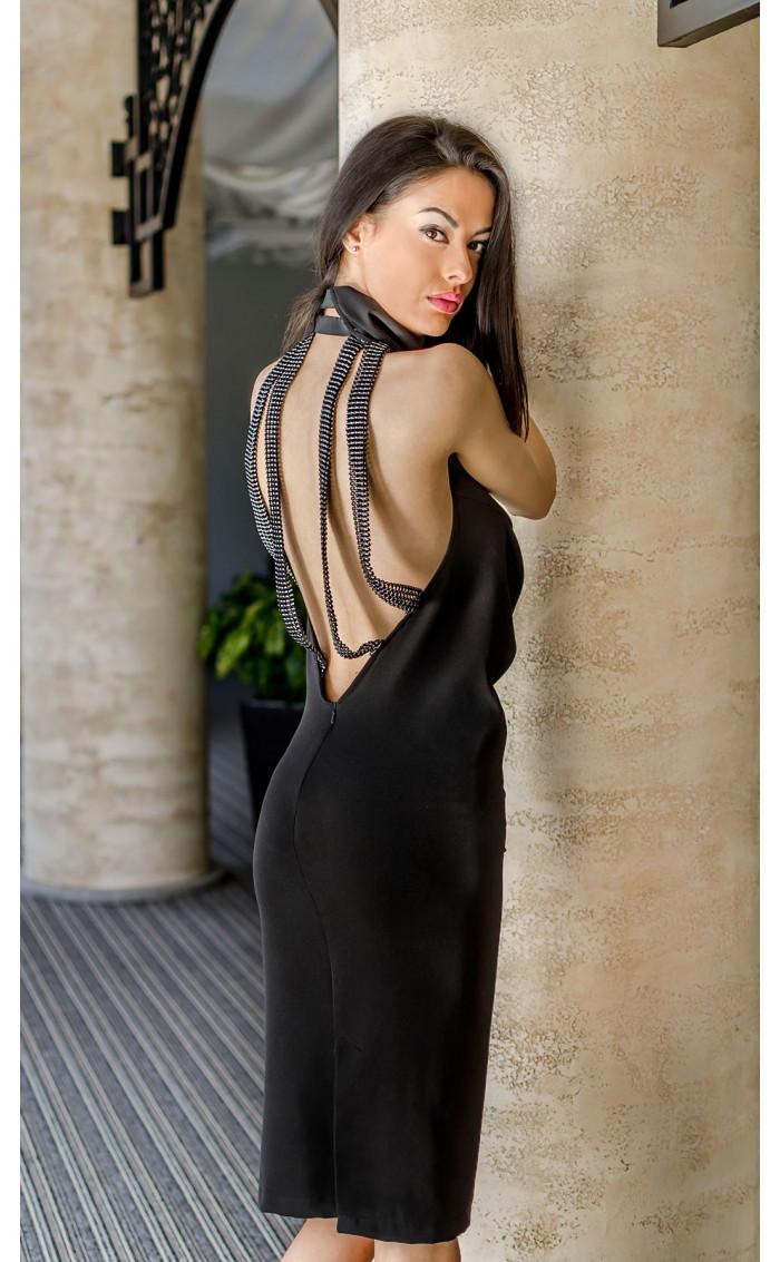 Елегантна рокля с гръцко деколте и ефектен гръб