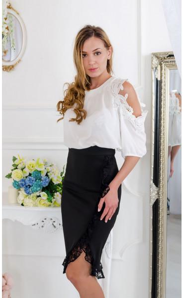 Блуза с дантела при ръкава