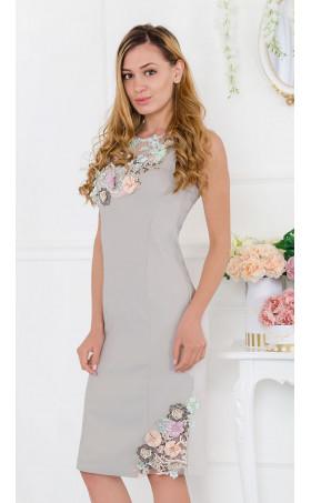 Нежна рокля с 3-D луксозна апликация