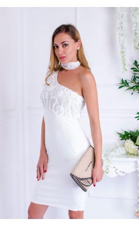 Сексапилна бяла рокля с атрактивен дизайн