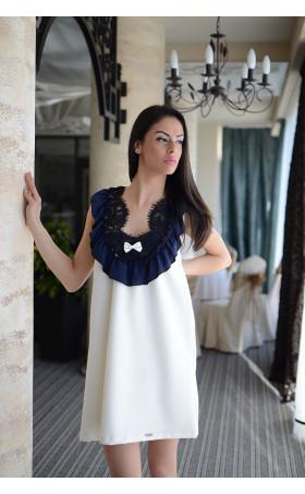 Нежна рокля в екрю със акценти в синьо