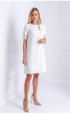 Нежна бяла рокля с пера и перли