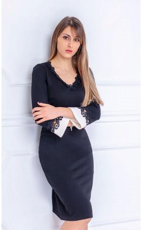 Елегантна рокля с дантелени акценти