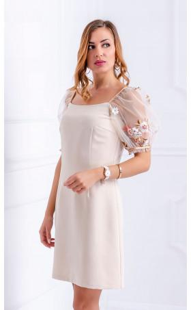 Бежова рокля с бродирани ръкави