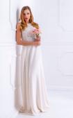Елегантна дълга дантелена рокля в цвят ванилия