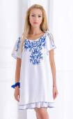 Разкроена рокля в бяло със син принт